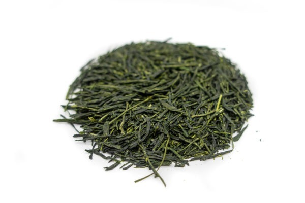 Needle-shaped and deep emerald green dento hon gyokuro leaves from Yame, Japan, in a circle shape.